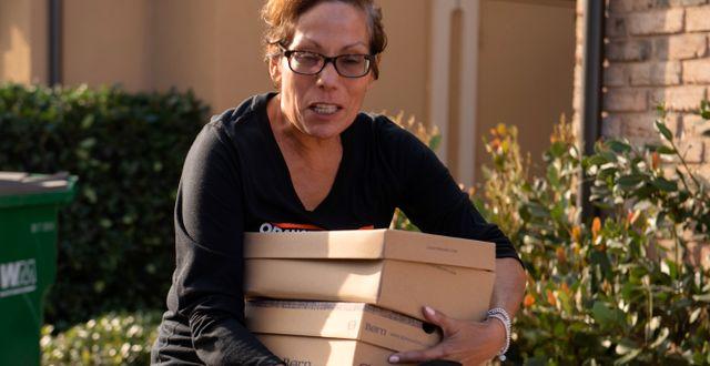 Ruby Johnson tar sina foton och värdesaker med sig i förberedelserna för att lämna sitt hem. Mindy Schauer / TT NYHETSBYRÅN
