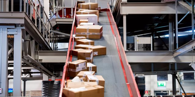 Arkivbild: Paket sorteras på Postnords Veddesta-terminal i Järfälla. Marcus Ericsson/TT / TT NYHETSBYRÅN