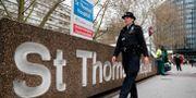 Polis utanför  St Thomas' Hospital i London. Frank Augstein / TT NYHETSBYRÅN