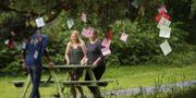 Minneslappar hänger i ett träd på Utøya där AUF-medlemmar bär ett bord. ODD ANDERSEN / AFP