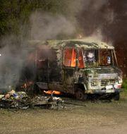 Ett av fordonen som brann under natten till måndagen. Per Karlsson/TT / TT NYHETSBYRÅN