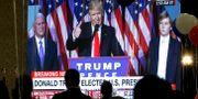 En tv-sändning visar Donald Trump när han ger sitt segertal efter presidentvalet 2016. Boris Grdanoski / TT / NTB Scanpix