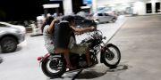 En kvinna bärandes på extra drivmedel på väg från bränslepump. BRUNO KELLY / TT NYHETSBYRÅN