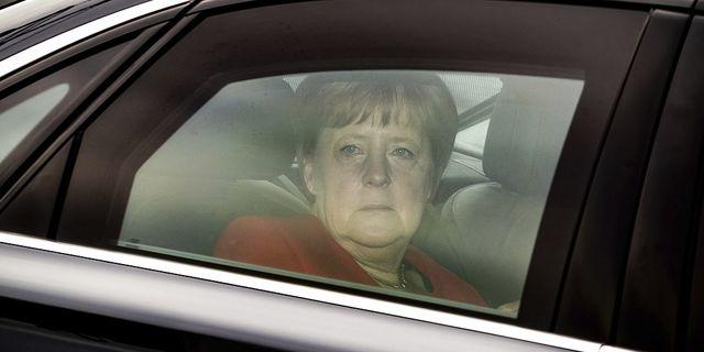 Angela Merkel på väg till CDU:s högkvarter efter hennes partis katastrofresultat i EU-valet. TT