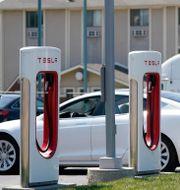 En Tesla parkerad vid laddstolpar. Orlin Wagner / TT NYHETSBYRÅN
