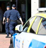 Poliser på skolan.  Mikael Fritzon/TT / TT NYHETSBYRÅN
