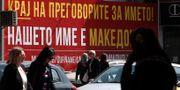En affisch i Skopje med budskapet att Makedonien inte ska byta namn. Boris Grdanoski / TT / NTB Scanpix