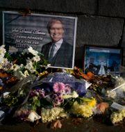 Blommor och en bild av David Amess utanför det brittiska parlamentet. Matt Dunham / TT NYHETSBYRÅN