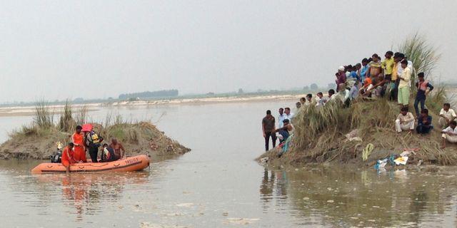 Männsikor räddas i land efter att en båt kapsejsat i den indiska delstaten Uttar Pradesh. Altaf Qadri / TT NYHETSBYRÅN
