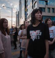 Fotgängare utanför en Samsungbutik i Seoul på fredagen. ED JONES / AFP