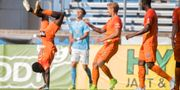 Eskilstunas Mohamed Buya Turay går på händerna efter 3-0 i första halvlek. Fredrik Sandberg/TT / TT NYHETSBYRÅN