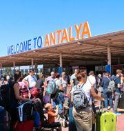 Resenärer vid flygplatsen i Antalya. Arkivbild. TT NYHETSBYRÅN