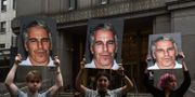 Demonstranter håller upp bilder på Jeffrey Epstein. Arkivbilder. STEPHANIE KEITH / GETTY IMAGES NORTH AMERICA