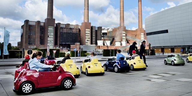Illustrationsbild, barn i lekbilar utanför Volkswagenfabriken i Wolfsburg, Tyskland. TT.