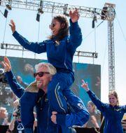 Richard Branson med kollegor jublar efter söndagens rymdfärd. Andres Leighton / TT NYHETSBYRÅN