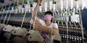 En kvinna arbetar i en textilfabrik i Kina. STR / AFP