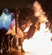 En distraktionsgranat exploderar utanför polisstationen i Brooklyn Center på tisdagskvällen John Minchillo / TT NYHETSBYRÅN