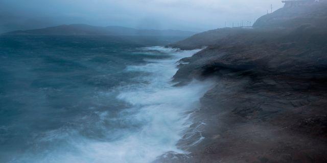 Vågor slår mot kuststaden Laurion.  Petros Giannakouris / TT NYHETSBYRÅN/ NTB Scanpix