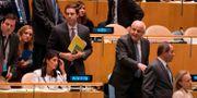 Den palestinska ambassadören Riyad Mansour passerar USA:s FN-ambassadör Nikki Haley i samband med omröstningen. DON EMMERT / AFP