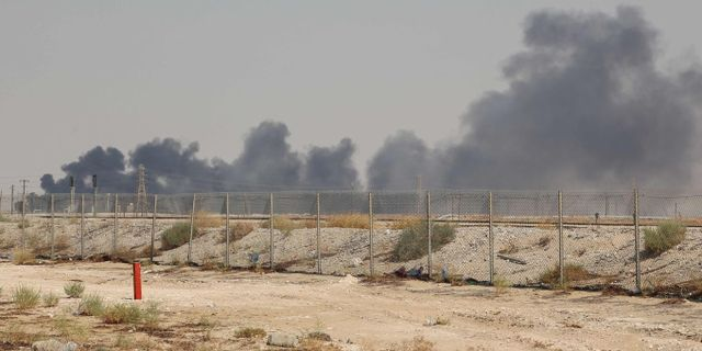 Brandrök från en av oljeanläggningarna. TT