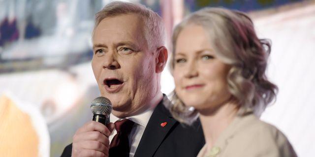 Socialdemokraternas ledare Antti Rinne och hans fru Heta Ravolainen-Rinne. LEHTIKUVA / TT NYHETSBYRÅN