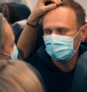 Aleksey Navalnyj och han fru Julia på planet mot Ryssland. Mstyslav Chernov / TT NYHETSBYRÅN