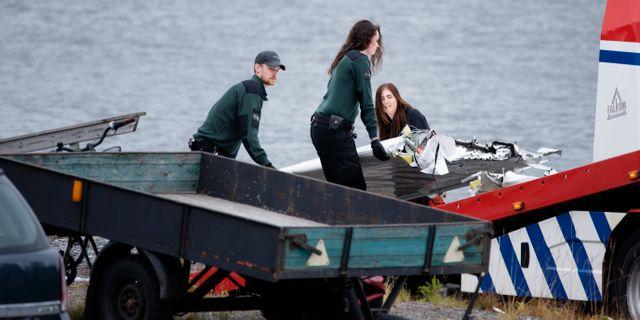 Flygplansdelar lyfts upp på en bärgningsbil dagen efter flygolyckan Erik Abel/TT / TT NYHETSBYRÅN