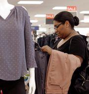 Illustrationsbild: Kvinna tittar på kläder på Kohls. Chuck Burton / TT NYHETSBYRÅN