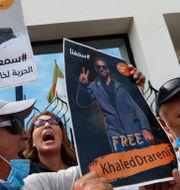 Folk samlas i Algeriets huvudstad Alger för att protestera mot den fängslade journalisten Khaled Drareni, september 2020. Arkivbild.  Toufik Doudou / TT NYHETSBYRÅN