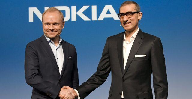 Nokias nye vd Pekka Lundmark tillsammans med avgående vd Rajeev Suri. LEHTIKUVA / TT NYHETSBYRÅN