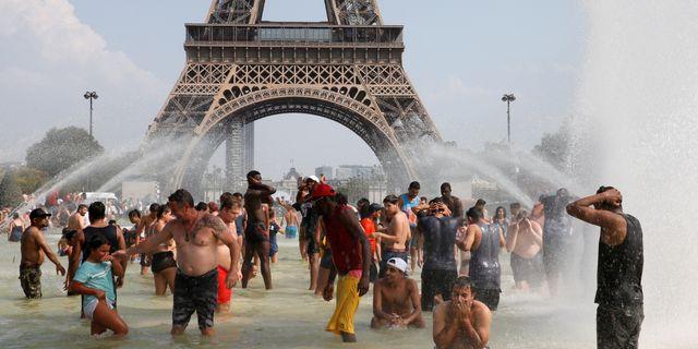 I Paris svalkade sig folk i fontäner under värmeböljan. Pascal Rossignol / TT NYHETSBYRÅN