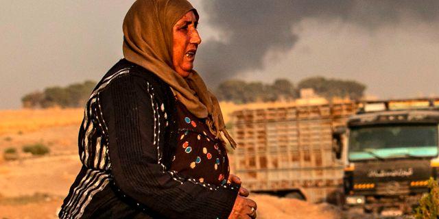 En kvinna i Ras al-Ain efter att turkiska stridsflygplan inlett offensiven. DELIL SOULEIMAN / AFP