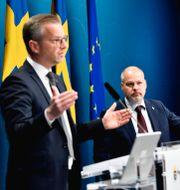 Inrikesminister Mikael Damberg (S), Justitieminister Morgan Johansson (S) och Martin Petersson, chef för Tullverkets kontrollavdelning.  Pontus Lundahl/TT / TT NYHETSBYRÅN
