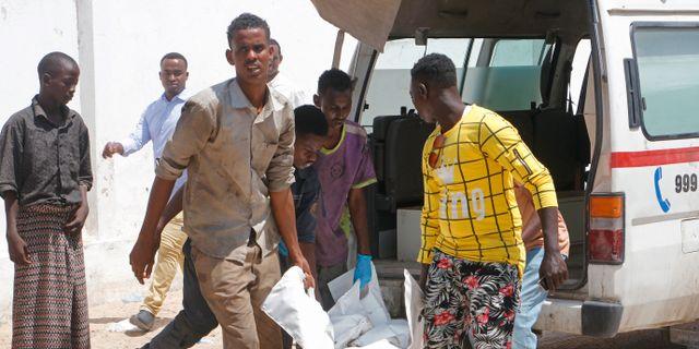 En av de döda kropparna efter terrorattacken i Somalia bärs bort. Farah Abdi Warsameh / TT NYHETSBYRÅN/ NTB Scanpix