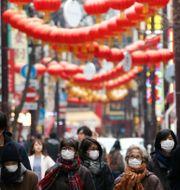 Illustrationsbild, människor går runt i Chinatown i Japan.  Koji Sasahara / TT NYHETSBYRÅN