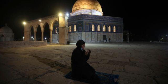 Kvinna ber gryningsbönen utanför al-Aqsamoskén i Jerusalem. Mahmoud Illean / TT NYHETSBYRÅN