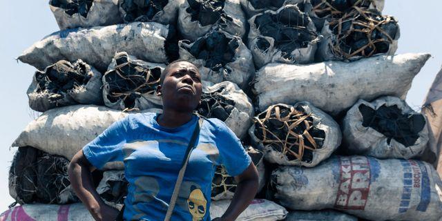 Kolförsäljare på en marknad i huvudstaden Harare.  JEKESAI NJIKIZANA / AFP