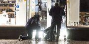 Polisens kriminaltekniker tar hand om föremål i en butiksentré ett stenkast från nattklubben i centrala Ängelholm TT