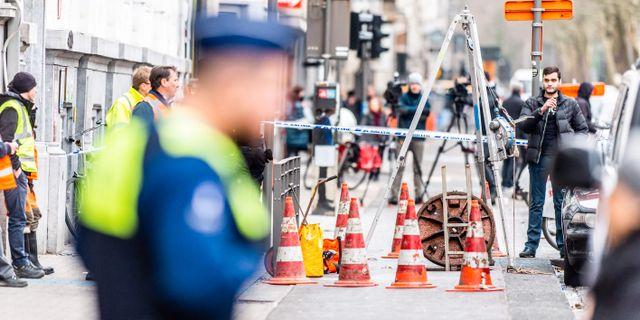 Polisen sökte i kloaksystemet efter ledtrådar. JONAS ROOSENS / Belga