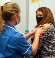 Vaccinationsklinik i England, arkivbild. Steve Parsons / TT NYHETSBYRÅN