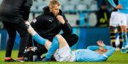 Malmö FF:s Anders Christiansen får vård av läkare under matchen mot AIK den 28 oktober. LUDVIG THUNMAN / BILDBYRÅN