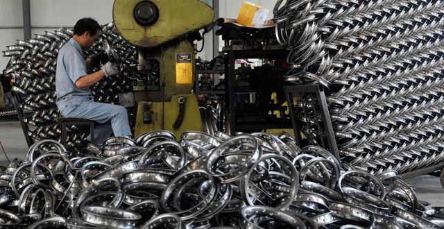 Arkivbild: En arbetare vid en stålfabrik i staden Hangzhou i Kina TT NYHETSBYRÅN