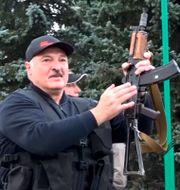 Arkivbild: En bild från statliga belarusiska medier, som distribueras av nyhetsbyrån AP, visar Aleksandr Lukasjenko med ett vapen i huvudstaden Minsk.  TT NYHETSBYRÅN