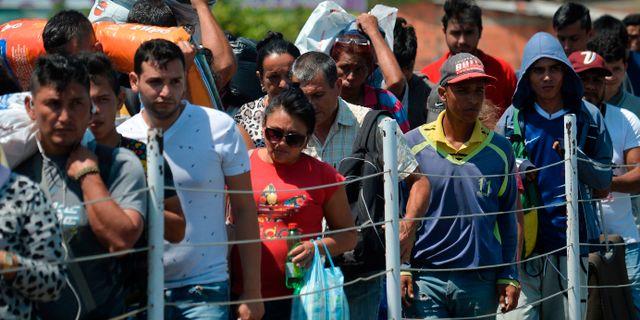 Människor köar för att ta sig över en bro mellan Venezuela och Colombia.  LUIS ROBAYO / AFP
