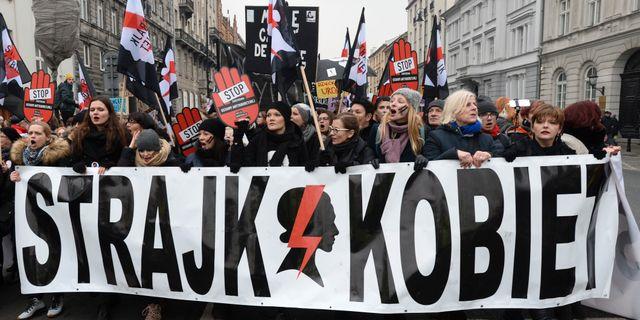 Polska kvinnor protesterar mot hårdare abortlagar. Alik Keplicz / TT / NTB Scanpix