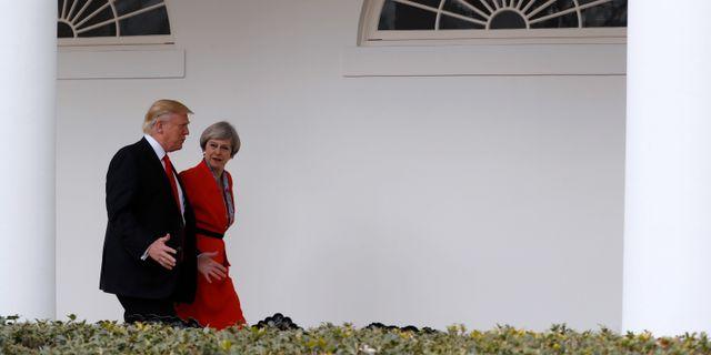 USA:s president Donald Trump och Storbritanniens premiärminister Theresa May i samspråk i pelargången i Vita huset när de möttes i januari. Pablo Martinez Monsivais / TT / NTB Scanpix