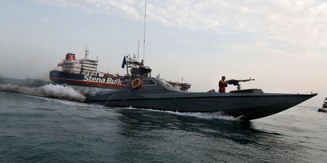 Iranska revolutionsgardet patrullerar runt beslagtagna brittiska fartyget. Hasan Shirvani / TT NYHETSBYRÅN/ NTB Scanpix