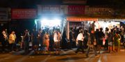 Människor i Bombay köar för att köpa mat innan utegångsförbudet träder i kraft. INDRANIL MUKHERJEE / TT NYHETSBYRÅN