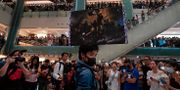 Demonstranter i ett köpcenter Vincent Yu / TT NYHETSBYRÅN