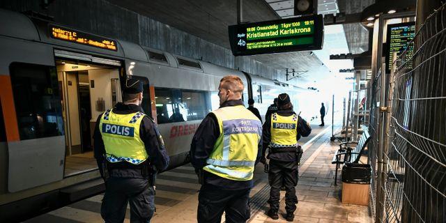 Polis vid gränskontrollen vid Hyllie tågstation i Malmö. Johan Nilsson/TT / TT NYHETSBYRÅN